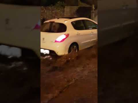 El agua corre por la Avenida de Cervantes de Viveiro
