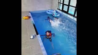 실내 수영장에서 연습 …