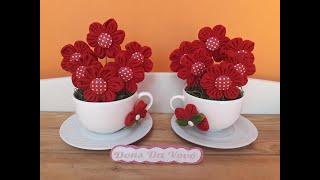 Arranjo de flores de tecido na xícara