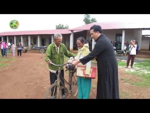 Lm.JB Nguyễn Sang - TÀ HIN PHÁT QUÀ CHO NGƯỜI DÂN TỘC THIỂU SỐ CHURU