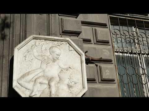 Дом из натурального камня в центре Еревана, очень интересная архитектура и исполнение