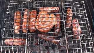 Готовим сосиски-колбаски на угольном гриле.