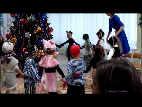 Слушать новогодние песенки можно где угодно, дома наряжая ёлку или на празднике в детском саду или школе.