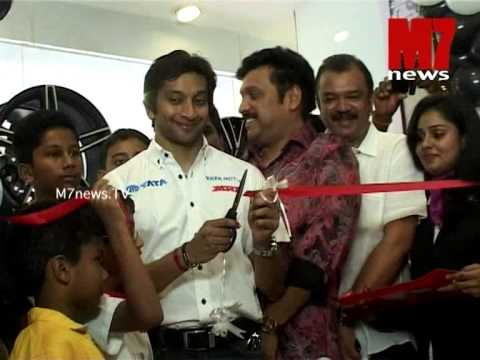 Narain Karthikeyan inaugurating car palace, Trivandrum
