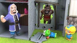 클래시로얄 방탈출~ 호그라이더와 아처의 공격을 막아라 ❤ 뽀로로 장난감 애니 ❤ Pororo Toy Video | 토이컴 Toycom