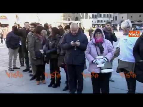 Firenze, Flash Mob per il referendum: Sì umano gigante in Piazza della Signoria