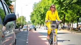 Koningin Máxima even op de fiets naar het museum