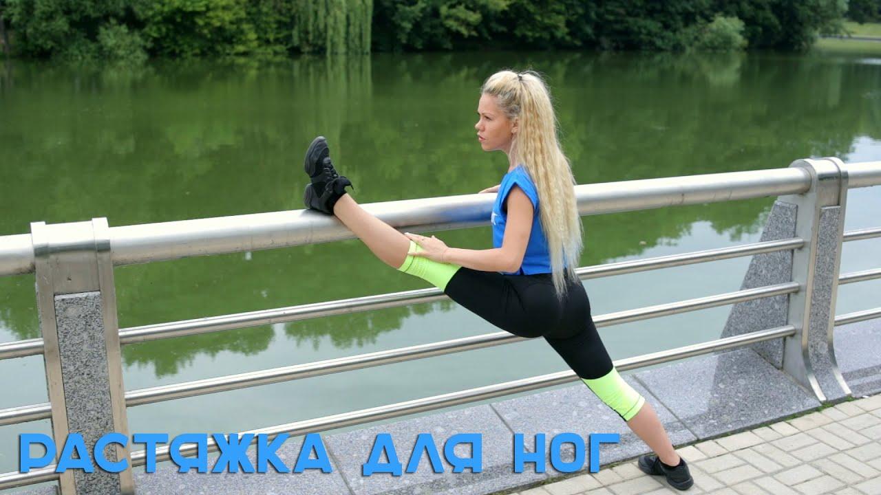 Девушка дома показывает свою супер растяжку ног