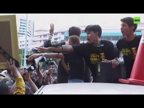 Pro-monarchists vs students | Fight at Bangkok protest