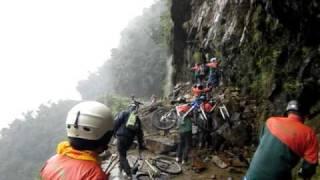 Преодолеваем обвал на Дороге Смерти в Боливии(, 2011-03-01T03:35:57.000Z)