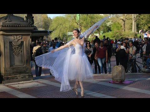 "Lea McGowan - Ballerina in Central Park ""Listen to Your heart"" (Street Artists Series)"