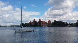 Замок в Тракае, Литва(Крепость Тракай на воде возвышается на одном из многочисленных островов озера Гальве. Замок строился в..., 2015-07-31T08:17:43.000Z)