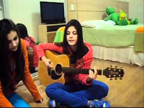 Camila & Bruna cantando
