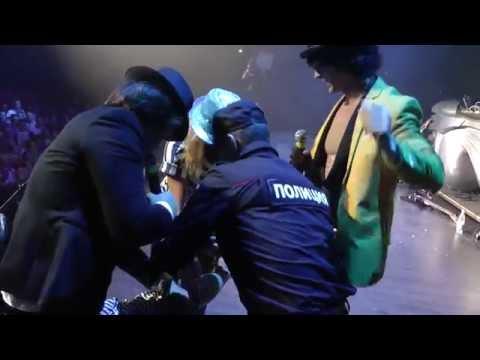 В Москве фанатка группы НА-НА завязала драку на сцене Space Moscow