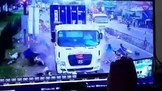 Cận Cảnh camera quay lại container tông hàng chục xe máy, nhiều người nằm la liệt trên đường