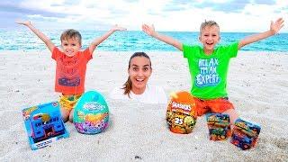 Vlad và Nikita đã có một ngày vui vẻ trên bãi biển! Chơi với mẹ và cát