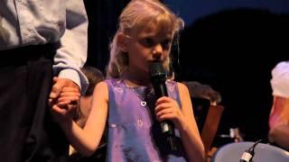 """Graeme Allwright chante """"petit Garçon"""" avec ses petits enfants"""