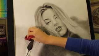 Портрет девушки, черно-белый, сухая кисть.
