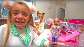 Las Ratitas juegan con su caravana de Barbie de juguete