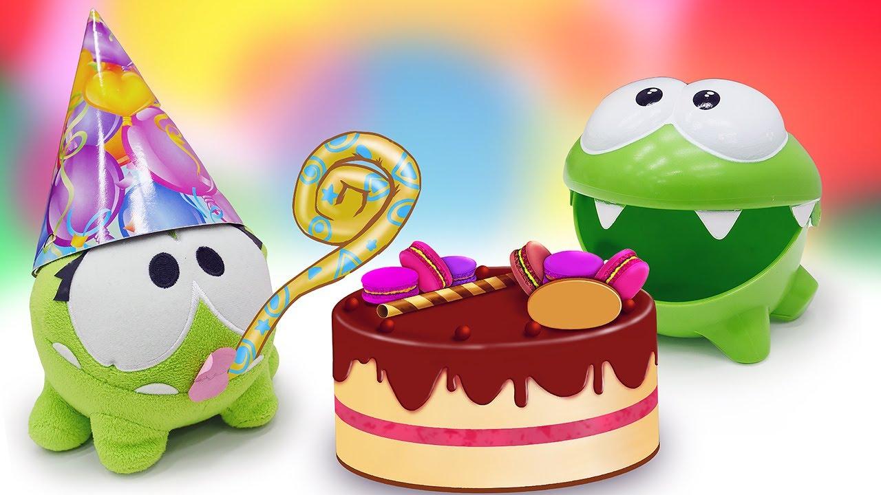 Om Nom prepara uma comida para o aniversário! Vídeo para crianças com brinquedos em português