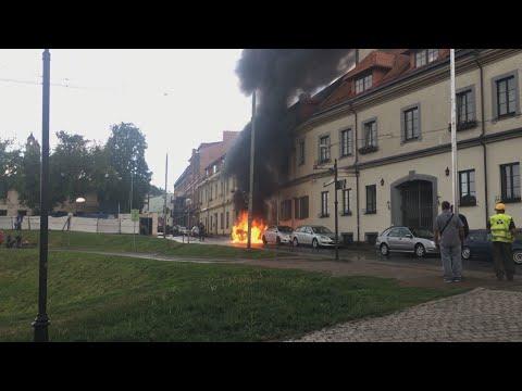 Užfiksavo didelį gaisrą: Vilniaus centre degė ir sproginėjo automobilis