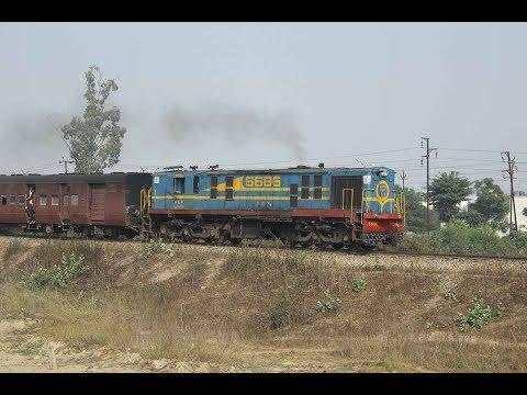 EIN080044 India YDM4 meter gauge locomotive passenger train Pilibhit Lucknow. Indien Schmalspur Zug