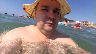 Длинная экскурсия в воде вдоль пляжа