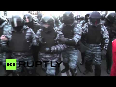 Ukraine: Special forces and protesters clash in Kiev