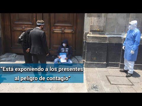 Funcionarios de CFE exhortan a hombre con presunto Covid-19 a que se retire de Palacio Nacional