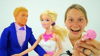 СВАДЬБА Барби - Кто поймает букет? Видео для девочек