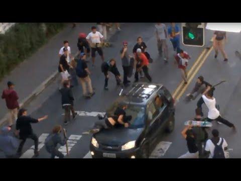Skatista são atropelados na rua augusta, SP.