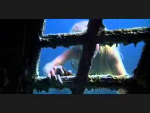 Sirena en un barco hundido