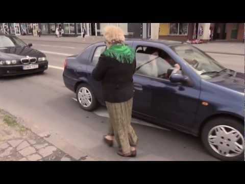 Folk on the street   gazeciarka
