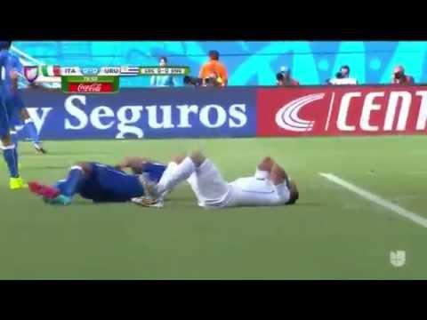 Luis Suarez Bites Chiellini - World Cup 2014 Italy VS Uruguay