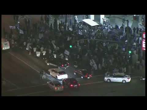 Fans De Los Dodgers Celebrando En Calles De East LA