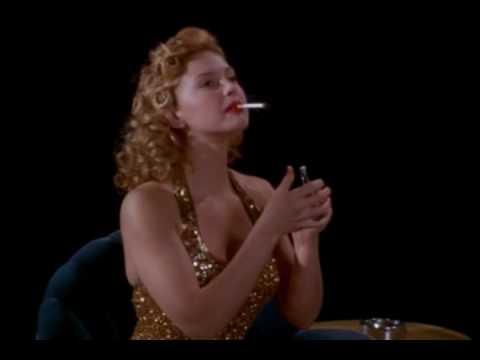 Ashley Judd fuma una sigaretta (o erba)