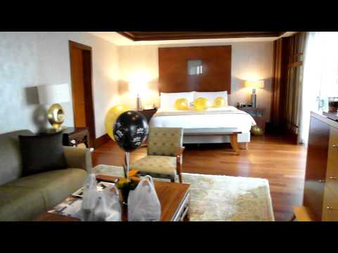 Tour Around the Fairmont Singapore Pent House Suite.