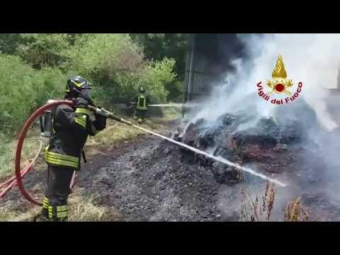 Incendio di fienile in agro di Avigliano (Potenza)...