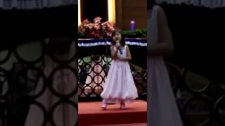 Theola menyanyikan lagu O Holy Night