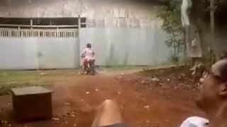 Download baru mau belajar naik motor malah numbur tembok
