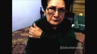 La abuela Norma abre su regalo