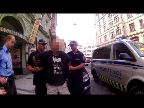MPP: Strážníci zadrželi muže, který v centru Prahy hajloval a provolával rasistická hesla