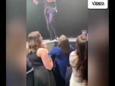Bublé le cede el micrófono a un fan en pleno concierto y queda boquiabierto al escucharlo cantar
