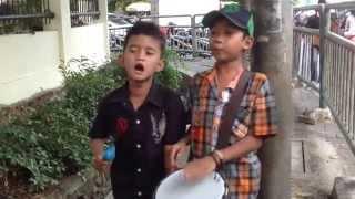 Pengamen cilik Adit dan Rizky nyanyi lagu-waktu hujan sore sore