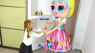 Polina se está preparando para ir al colegio y toma consigo unos juguetes nuevos.