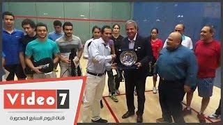وزير الرياضة يكرم عمرو شبانة فى افتتاح دورة ناشئى الإسكواش بمركز شباب الجزيرة