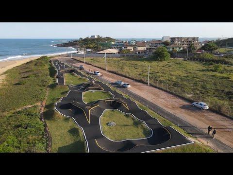 Primeira Pump Track do Estado é à beira-mar e atrai ciclistas, skatistas e patinadores