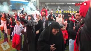 انهيار والدة أحد شهداء مذبحة بورسعيد مع بداية هتاف الألتراس (اتفرج)