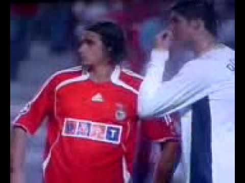 Cristiano Ronaldo limpa o nariz no cabelo de Nuno Gomes