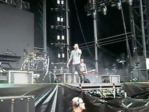 Linkin Park stopping show to help injured fan - Soundwave 2013 - Sydney (front barrier)